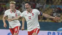Polandia langsung mengambil inisiatif penyerangan di awal babak kedua. Hasilnya, pada menit ke-52 striker Robert Lewandowski berhasil mencetak gol lewat sundulan kepala menerima umpan Kamil Jozwiak. Skor berubah 1-1. (Foto: AP/Pool/David Ramos)