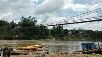 Jembatan gantung yang menghubungkan kampung Tiong Ohang dan Long Krioq sepanjang 120 meter di dekat garis batas Indonesia-Malaysia di Kabupaten Mahakam Ulu, Kalimantan Timur. (Foto: Liputan6.com/Maulandy R)