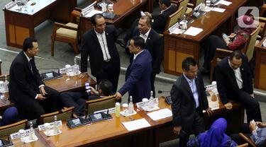 Sejumlah anggota dewan duduk di meja menunggu mulainya Sidang Paripurna ke-3 Masa Persidangan I Tahun Sidang 2019-2020, di Kompleks Parlemen, Senayan, Jakarta, Selasa (22/10/2019). Sidang Paripurna tersebut membahas beberapa Agenda. (Liputan6.com/Johan Tallo)