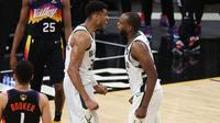 Selebrasi dua pemain Bucks Giannis Antetokounmpo dan Khris Middleton usai mengalahkan Suns di NBA Finals 2021 gim kelima (AFP)