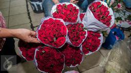 Bunga mawar di Pasar Bunga Rawa Belong, Jakarta, Selasa (14/2). Saat Hari Valentine penjualan jenis bunga yang dipasarkan seharga Rp35 ribu hingga Rp800 ribu mengalami kelonjakan hingga 20 persen dari harga biasanya. (Liputan6.com/Gempur M Surya)