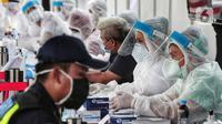 Petugas medis berjaga saat Rapid Test di Bundaran Hotel Indonesia, Jakarta, Selasa (26/5/2020). Rapid test ini dilakukan bertujuan mendeteksi serta memutus rantai penyebaran virus Corona (COVID-19) dan rapid test ini gratis dengan menunjukkan KTP. (Liputan6.com/Johan Tallo)