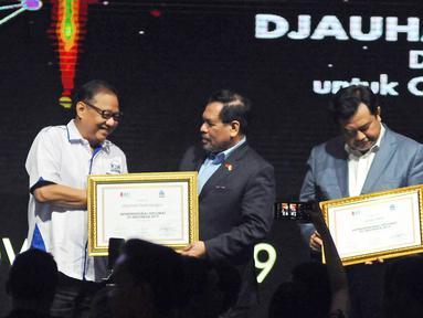 Menteri Koperasi dan UKM Puspayoga memberikan penghargaan Entrepreneurial Diplomat of Indonesia 2019 kepada Dubes Indonesia untuk Cina Djauhari Oratmangun saat The Fourth WOW Brands Festive Days 2019 di Jakarta, (14/9). (Liputan6.com/Herman Zakharia)