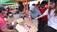 Warga tengah membeli daging murah di Jakarta, Minggu (21/2). Kementerian Pertanian (Kementan) bersama PT Berdikari (Persero) menggelar operasi pasar dengan penjualan paket daging sapi lokal terjangkau. (Liputan6.com/Angga Yuniar)