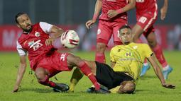 Gelandang Persija Jakarta, Rohit Chand (kiri) berebut bola dengan pemain Barito Putera, Cassio de Jesus, pada laga perempat final Piala Menpora 2021 di Stadion Kanjuruhan, Sabtu (10/4/2021). Persija menang dengan skor 1-0. (Bola.com/Arief Bagus)