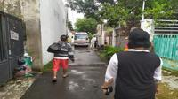 Petugas covid-19 Kota Cirebon mengawal penjemputan pasien covid-19 yang sempat meminta isolasi mandiri di rumah. Foto (istimewa)