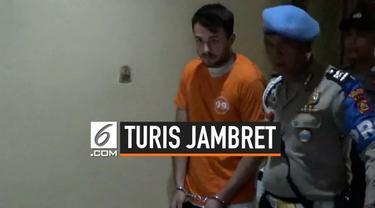 Seorang wisatawan asing nekat jadi jambret di Bali. Aksinya diketahui dan hampir jadi bulan-bulanan massa. Pelaku kini mendekam di penjara akibat perbuatannya.