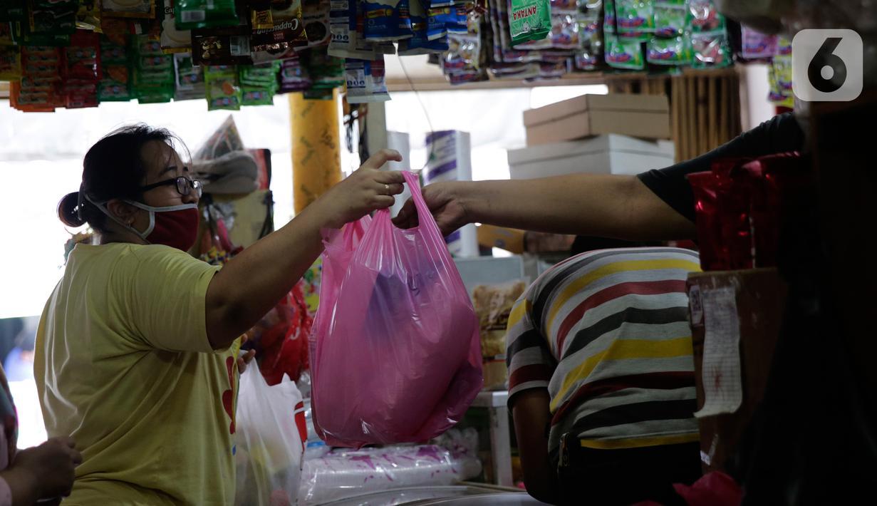 Pedagang melayani pembeli wadah dan kemasan plastik di Cipadu, Kota Tangerang, Jumat (17/9/2021). Tahun depan, pemerintah akan memutuskan untuk menerapkan cukai plastik, cukai alat makan dan minum sekali makan, serta cuka minuman manis dalam kemasan. (Liputan6.com/Angga Yuniar)