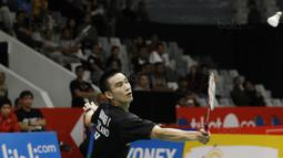 Tunggal putera Thailand, Kantaphon Wangcharoen, saat melawan wakil Cina, Lin Dan, pada laga Indonesia Masters 2018 di Istora Senayan, Rabu (24/1/2018). Lin Dan takluk 21-15 21-19. (Bola.com/M Iqbal Ichsan)