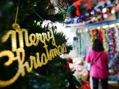 Pembeli mencari pernak-pernik perayaan Natal di Pasar Asemka, Jakarta,Kamis (13/12). Jelang perayaan Natal, sejumlah toko di kawasan tersebut mulai ramai dikunjungi pembeli. (Merdeka.com/Imam Buhori)