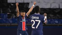 Penyerang Paris Saint-Germain (PSG), Kylian Mbappe, merayakan kemenangan atas Bayern Munchen pada laga Liga Champions di Stadion  Parc des Princes, Rabu (14/4/2021). PSG takluk dengan skor 0-1. (AFP/Frank Fife)