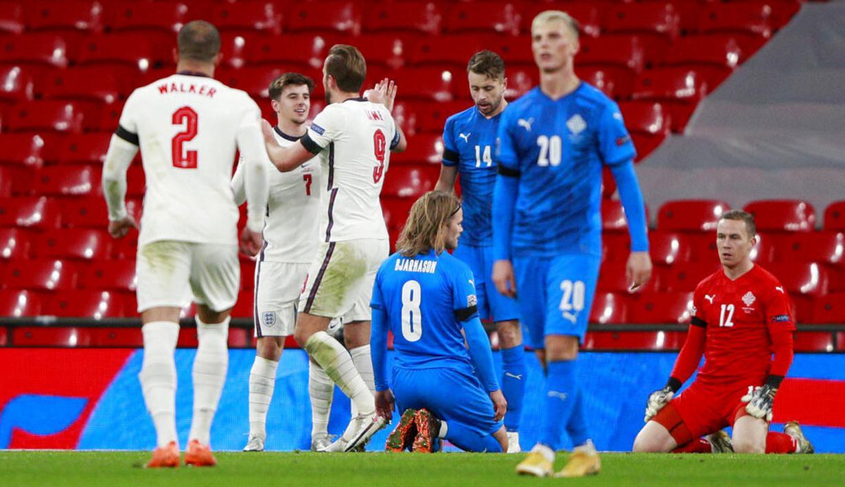 Para pemain Inggris merayakan gol yang dicetak oleh Mason Mount ke gawang Islandia pada laga UEFA Nations League di Stadion Wembley, Kamis (19/11/2020). Inggris menang dengan skor 4-0. (Neil Hall/Pool via AP)