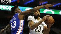Aksi Anthony Davis (baju putih) saat Pelicans melawan Sixers di ajang NBA (AP)
