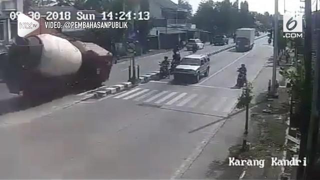 Kecelakaan maut antara truk molen dengan sejumlah kendaraan di Simpang Tiga, Karangkandri, Cilacap, Jawa Tengah, terekam kamera cctv.