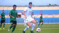 Bek Persib, Nick Kuipers (putih), berusaha mengamankan bola dari kejaran gelandang PSS, Jefri Kurniawan, dalam laga uji coba di Stadion Sultan Agung, Bantul (17/2/2020). (Bola.com/Vincentius Atmaja)