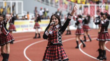 Grup vokal JKT48 hibur penonton laga persahabatan antara Bhayangkara FC dan FC Tokyo di Stadion Utama Gelora Bung Karno (GBK), Senayan, Jakarta, Sabtu (27/1). (Liputan6.com/Faizal Fanani)