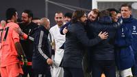 Para pemain Juventus dan manajer tim, Andrea Pirlo (tengah) merayakan kelolosan mereka ke partai final Coppa Italia 2020/21 usai bermain imbang 0-0 dengan Inter Milan dalam laga semifinal leg kedua di Juventus Stadium, Turin, Selasa (9/2/2021). (AFP/Marco Bertorello)