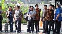 Ketua DPRD Kota Banjarmasin, Iwan Rusmali (kiri) bersama Dirut PDAM Bandarmasih, Muslih (tengah) saat tiba untuk pemeriksaan di Gedung KPK, Jakarta, Jumat (15/9). KPK menduga ada penyuapan terkait proses pembahasan perda. (Liputan6.com/Helmi Fithriansyah)