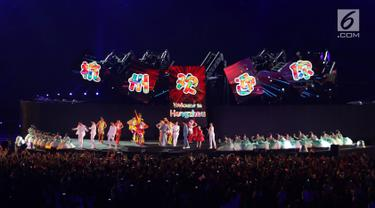 Pendiri Alibaba Group Jack Ma menyemarakkan Upacara Penutupan Asian Games 2018 di Stadion Utama Gelora Bung Karno, Jakarta, Minggu (2/9). Jack Mamemperkenalkan kota Hangzhou sebagai lokasi penyelenggaraan Asian Games 2022 (Liputan6.com/Helmi Fithriansyah)