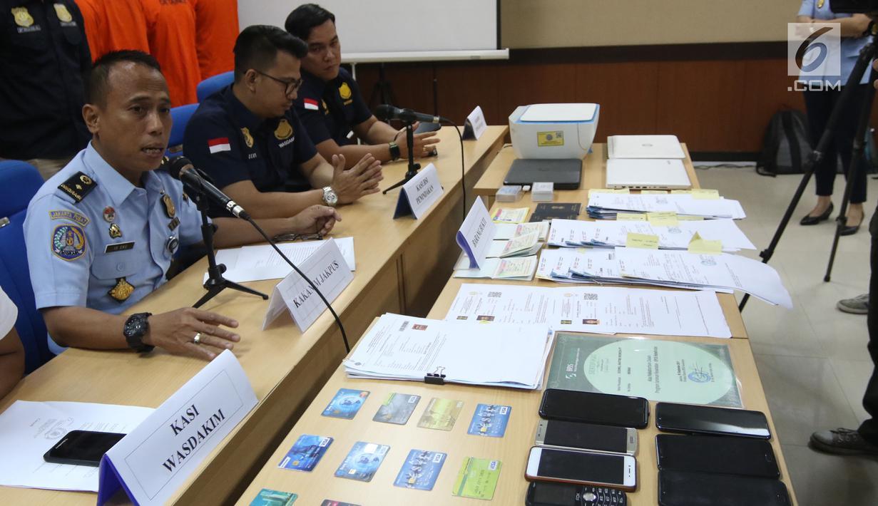 Kepala Kantor Imigrasi Kelas I Jakarta Pusat Is Edy Ekoputranto memberi keterangan terkait pemalsuan visa asing di Kantor Imigrasi Kelas I Jakarta Pusat, Selasa (6/3). Pihak imigrasi mengamankan empat warga negara asing (WNA). (Liputan6.com/Arya Manggala)
