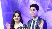 Song Joong Ki dan Song Hye Kyo tampil bersama setelah menikah. Keduanya tersenyum manis di depan para media. (Liputan6.com/IG/goxuan)