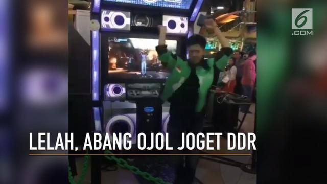 Aksi abang ojol joget DDR (Dance Dance Revolution) viral di media sosial.