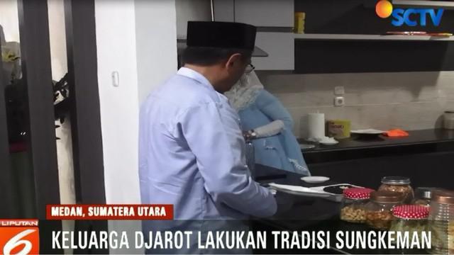 Usai melaksanakan Salat Id, mantan Walikota Blitar dan Gubernur DKI Jakarta ini menyapa dan berfoto bersama warga Medan.