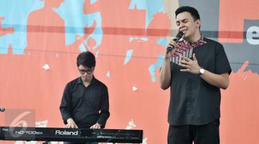 Tulus menyanyikan lagu berjudul 'Gajah' saat menghibur pelajar di Pesta Pendidikan di RPTRA Kalijodo, Jakarta, Selasa (2/5). Tulus meriahkan Pesta Pendidikan dalam Peringatan hari pendidikan Nasional di RPTRA Kalijodo. (Liputan6.com/Yoppy Renato)
