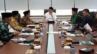 Menteri Agama Lukman Hakim Saifuddin rapat bersama delegasi Amirul Hajj Indonesia. (www.kemenag.go.id)