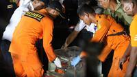 Petugas Basarnas membawa Black Box atau kotak hitam pesawat Lion Air JT 610 di posko evakuasi JICT 2, Tanjung Priok, Jakarta, Kamis (1/11).  Benda bewarna oranye tersebut diduga kuat merupakan FDR Black Box Lion Air. (Liputan6.com/Helmi Fitriansyah)