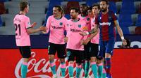 Pemain Barcelona berselebrasi merayakan gol ke gawang Levante saat kedua tim bertemu dalam lanjutan La Liga Spanyol, Rabu (12/5/2021). Sayangnya, Barcelona terpeleset dan harus puas bermain imbang 3-3 dalam laga ini. (JOSE JORDAN / AFP)