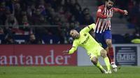 Jordi Alba (kiri) kesulitan untuk mengembangkan permainan dengan gaya main Atletico (AFP)