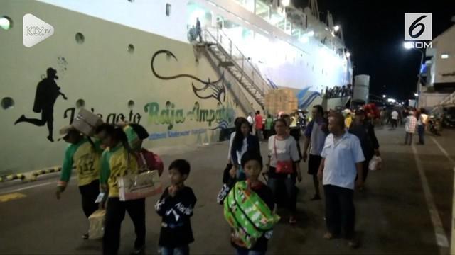 Ratusan pengungsi korban bencana gempabumi  dan tsunami di  Palu, Sulawesi Tengah, asal Jawa Timur, yang menggunakan kapal KM Labobar milik PT Pelni, tiba di darmaga terminal penumpang Gapura Surya, pelabuhan Tanjung Perak Surabaya.