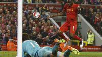 Christian Benteke sundul bola yang jadi gol penyeimbang saat Liverpool lawan Chelsea, Kamis (12/5/2016) (Reuters)