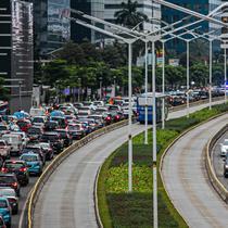 Kendaraan bermotor terjebak kemacetan di kawasan Jalan Sudirman, Jakarta, Senin (1/3/2021). Gubernur DKI Jakarta Anies Baswedan bakal melarang mobil pribadi berusia lebih dari 10 tahun untuk melintas di ibu kota. (Liputan6.com/Faizal Fanani)