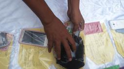 Sejumlah barang bukti ditampilkan polisi saat rilis kasus praktik prositusi di Apartemen Kalibata City, Jakarta, Kamis (29/3). Tersangka dijerat Pasal 506 KUHP dan Pasal 12 jo Pasal 13 ayat (1) UU No.21 Tahun 2007. (Merdeka.com/Imam Buhori)