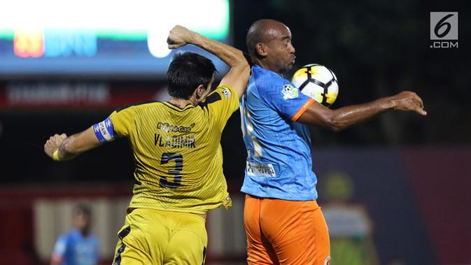 Bek Bhayangkara FC, Vladimir Vujovic (kiri) berebut bola dengan pemain Perseru, Alberto Antonio pada Go-Jek Liga 1 Indonesia 2018 bersama Bukalapak di Stadion PTIK, Jakarta, Rabu (12/9). Bhayangkara FC unggul 1-0. (Liputan6.com/Helmi Fithriansyah)#source%3Dgooglier%2Ecom#https%3A%2F%2Fgooglier%2Ecom%2Fpage%2F%2F10000