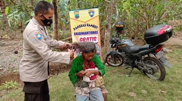 Bahbinkamtibmas Kebumen memotong rambut gimbal nenek Dariah. (Foto: Liputan6.com/Polres Kebumen)