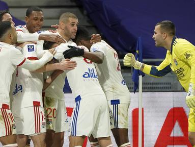 Para pemain Lyon merayakan gol kedua yang dibuat bek Leo Dubois ke gawang Bordeaux di masa injury time dalam laga lanjutan Liga Prancis 2020/21 pekan ke-22 di Groupama Stadium, Jumat (29/1/2021). Lyon menang 2-1 atas Bordeaux. (AP/Laurent Cipriani)