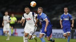 Bek Wolfsberger, Gustav Henriksson (kanan) berebut bola dengan striker Tottenham Hotspur, Carlos Vinicius dalam laga leg kedua babak 32 Besar Liga Europa 2020/21 di Tottenham Hotspur Stadium, Rabu (25/2/2021). Wolfsberger kalah 0-4 dari Tottenham. (AFP/Adrian Dennis)
