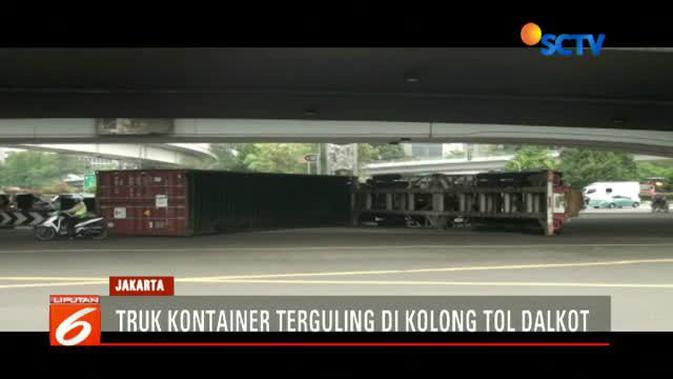Diduga Oleng Truk Kontainer Terguling Di Tomang News Liputan6 Com