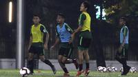 Pemain Timnas Indonesia, Ramdani Lestaluhu, mengontrol bola saat latihan di Lapangan ABC Senayan, Jakarta, Jumat (7/6). Latihan ini persiapan jelang laga persahabatan melawan Yordania. (Bola.com/Yoppy Renato)