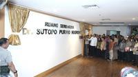 Sosok Sutopo Purwo Nugroho diabadikan jadi nama ruang serbaguna dan diresmikan hari ini, Kamis (1/8/2019) oleh Kepala BNPB Doni Monardo di Graha BNPB Jakarta. (Dok Badan Nasional Penanggulangan Bencana/BNPB)