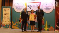 Perwakilan PT Surya Citra Media Tbk (SCM), Helen Melinda (tengah) menerima penghargaan dalam acara Global Brand Excellence Arwards di Jakarta, Kamis (24/10/2019). PT SCM Tbk menerima penghargaan kategori Indonesia Best Brand Awards 2019. (Liputan6.com/Herman Zakharia)