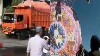 Warga Cileungsi menutup jalan raya untuk menolak truk angkutan sampah Pemda DKI, hingga warga Guatemala merayakan hari orang mati.