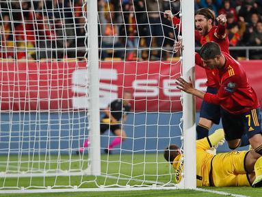 Pemain Spanyol Sergio Ramos merayakan gol Alvaro Morata ke gawang Malta pada babak kualifikasi Grup F Piala Eropa 2020 di Stadion Ramon de Carranza, Cadiz, Spanyol, Jumat (15/11/2019). Spanyol menang 7-0. (AP Photo/Miguel Morenatti)