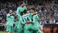 Para pemain Real Madrid merayakan gol yang dicetak oleh Toni Kroos ke gawang Valencia pada laga Piala Super Spanyol di Stadion King Abdullah Sport City, Arab Saudi, Rabu (8/1/2020). Real Madrid menang 3-1 atas Valencia. (AP/Amr Nabil)