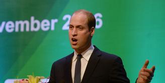 Pangeran William, putra dari pasangan Pangeran Charles dan Ratu Elizabeth II dikabarkan akan mendapatkan tahta baru menjadi seorang Raja Inggris menggantikan posisi ayahnya saat ini, meski belum dipastikan kapan. (AFP/Bintang.com)
