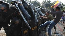 Pengunjuk rasa bentrok dengan petugas gabungan saat simulasi pengamanan Pemilu 2019 di kawasan ICE BSD, Tangsel, Banten, Jumat (8/2). Kegiatan ini sekaligus sebagai bentuk kesiapan para petugas keamanan menghadapi Pemilu 2019. (Merdeka.com/Arie Basuki)