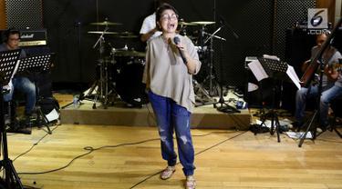 Penyanyi Ruth Sahanaya berlatih jelang konser tunggalnya di Jakarta, Jumat (16/3). Penyanyi pop berusia 51 tahun itu akan menggelar konser tunggal di Dewan Filharmonik Petronas (DFP) pada 21 Maret 2018. (Liputan6.com/Immanuel Antonius)
